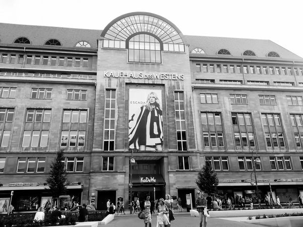 Berlin..see u soon again ! 😊 Kaufhaus Des Westens (KaDeWe) Berlin EyeEm Best Shots - Black + White Berlinstagram Streetphotography EyeEm Monochrome Bnw Architecture Mobilephotography