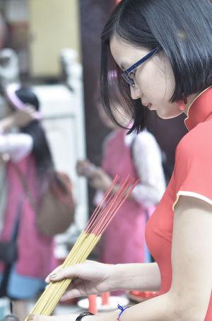 Girl and Ao dai Viet Nam Ao Dai Vietnam Beautiful Beautiful Woman Day Flower Focus Object Girl Portrait Tet 2017 Tet Holiday Tet In Saigon Thien Hau Temple Tết Việt Nam Viet Nam áo Dài ❤
