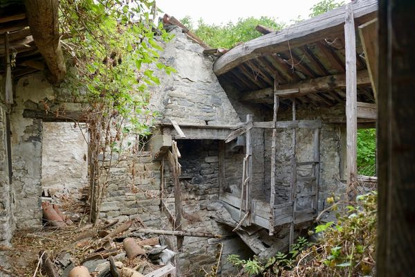 Old farm rattled Ancient Roof Abandoned Bricks Old Rattle Stones Wall - Building Feature