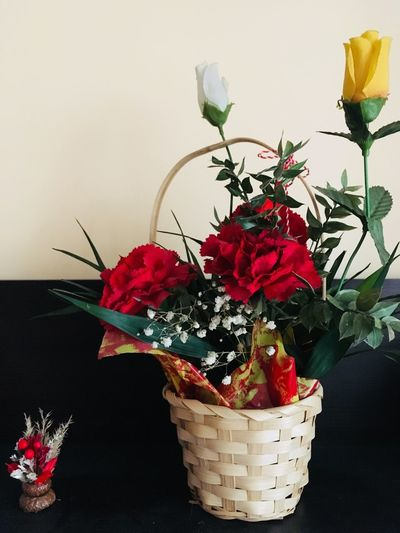 Artificial flowers Roses Red Flowers Flower Artificial Indoors  Decorations Flower Basket Vase Red Indoors  No People Freshness Petal Nature Plant Close-up Beauty In Nature Fragility Flower Head Day Growth