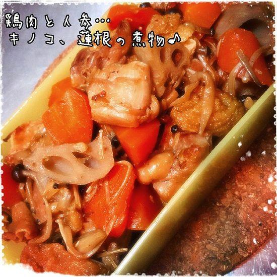 二品目… 鶏肉と人参、キノコ、蓮根の煮物 味付けは蜂蜜を使いました~(*^^*) ほどよく照りが出るのでおすすめです♪ 今日は二品目…しか作れなかった… (*・x・)ノ~~~♪ 今日のデリ 料理 つくおき デリ 煮物 鶏肉 人参 キノコ 蓮根 野菜 今日のご飯 美味しい