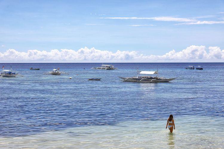 지난주엔 여름이였는데 ㅠ.ㅜ 다시 겨울 . . #하루한컷 #신행추억 #필리핀 #보홀 #알로나비치 #바다 #5DMARK4 #신계륵 #EF2470F28LIIUSM Water Nautical Vessel Sea Full Length Occupation Working Fisherman Men Beach Paddleboarding