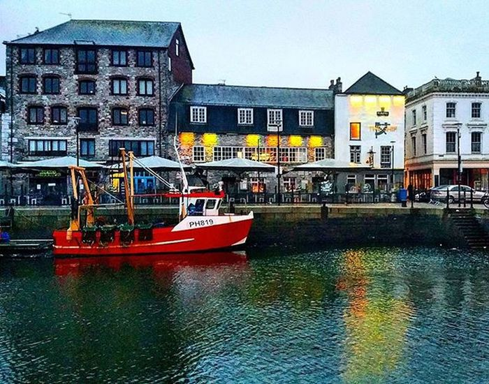 Wet and windy morning on the @plymouthbarbican Plymouth Suttonharbour Britainsoceancity Plymouthbarbican Pubs Fishingboat Cold Windy Rain Amaturephotography Photography Daily_photoz Photo Ealymorning