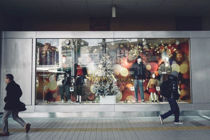 Synchronicity, Amu plaza Nagasaki. 14th December 2017 1st shot / LEICA Q 28mm No Filter No flash handheld Snap a Stranger Snapshots of Life de Good Morning Nagasaki Syncronicity Snapshots Of Life Lifestyles Real People Retail  Full Length Men Store Still Life AMU Plaza People And Places アミュプラザ長崎 Today's 1st Shot 28mm F/1.7 Show Windows Christmas Decoration