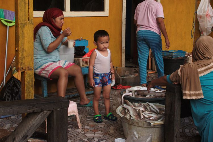 Balikpapan, February 2018 Streetphotography Documentaryphotography Waterthatfeeds Candid UNPOSED JGTC Kid Boy Children Fish Fish Market Fishing Village Fishing Village Fishing Village Fishing Village Full Length Adult Standing Child People Girls Building Exterior Outdoors Real People Day The Street Photographer - 2018 EyeEm Awards