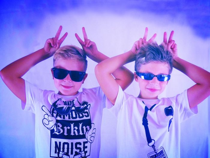 Brothers Children Cool Sonnenbrillen Boys Jungs Bruder  Brothers 10 Years Old 9 Years Old Glasses Fashion Sunglasses Portrait People Looking At Camera Two People