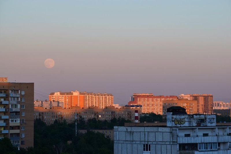 Fool Moon at Sunset 🌇🌕 Evening Sky Sunset Fullmoon Full Moon Architecture Building Exterior Built Structure Sky City Building Moon Nature Cityscape Residential District No People Outdoors Clear Sky Dusk Copy Space Sunset Modern Day City Life