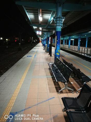 深夜的火車站月台!