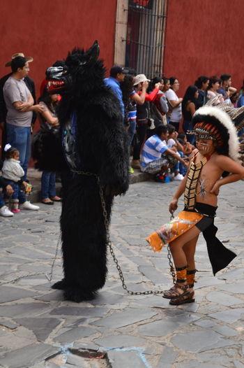 Desfile con trajes típicos, cierre de las fiestas del pueblo Audience Costumes Crowd Full Length Large Group Of People Outdoors Parade Performance Real People Traditional Clothing