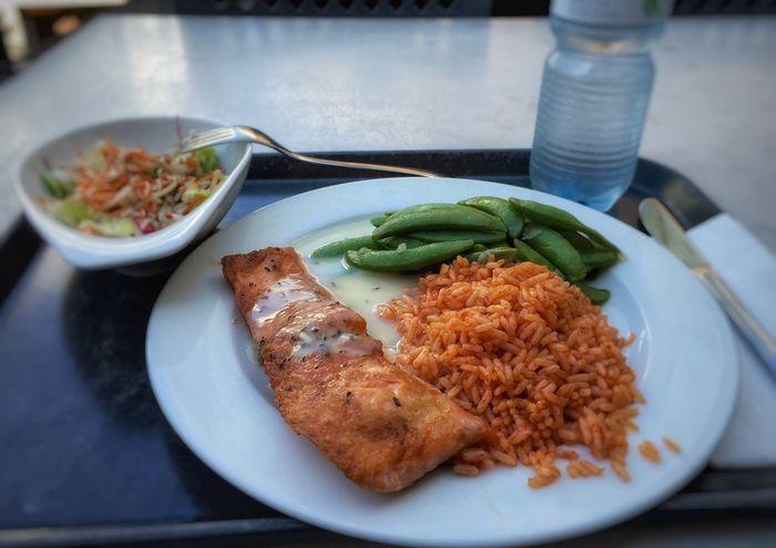Kantine Lunch Fjord-Forelle, Tomatenreis, Schoten an Weißweinsauce