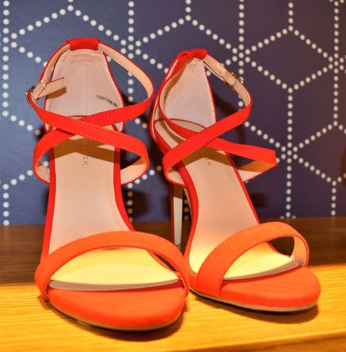 Schuhe  Celebration Elégance Fashion High Heels Holiday Indoors  Orange Color Pair Personal Accessory Pumps Red Rote Schuhe Sandal Shoe Small Group Of Objects Still Life Studio Shot Table