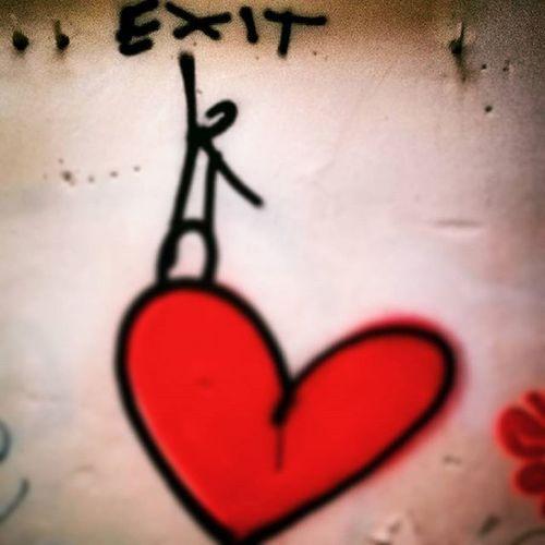 Florence Streetart Picoftheday Exit Thereisalwaysaway LOVEhurts Firenze Graffiti Cesempreunaviaduscita