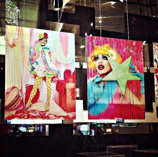 帰ソ道、阪急うあだ本店の大々的なショーウ亻ンドウに知つてる人達の大きなな写真が…、。。 #蜷川实花 #蜷川实花写真展 #mikaninagawa #tokyoinnocence #トーキョー亻ノセこス #キヤラフルな人達 Color Photography Imange Japan Mikaninagawa