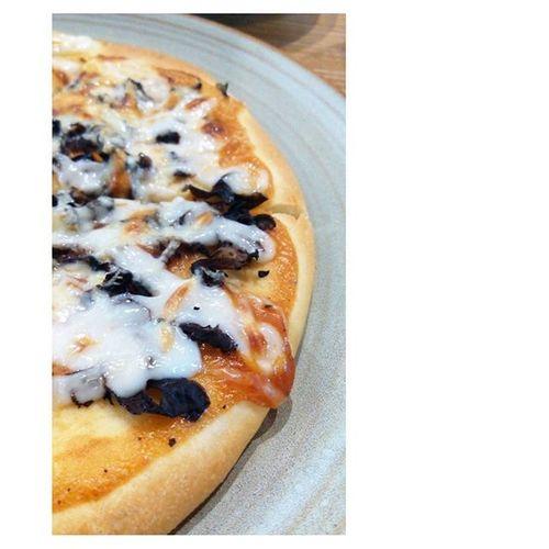 Hey pizza, please don't leave me alone 💋 Pizza Mushroom Mushroompizza Bentuman Food Foodporn Melted