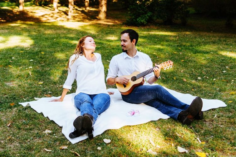 Picnic in the park Autumn colors Autumn Maternity Shoot Photosession Maternity Parents Picnic In The Park Park Picnic Musical Instrument Music Two People String Instrument Togetherness Guitar Playing Men Couple - Relationship Casual Clothing Happiness Smiling Emotion Love Positive Emotion Autumn Mood