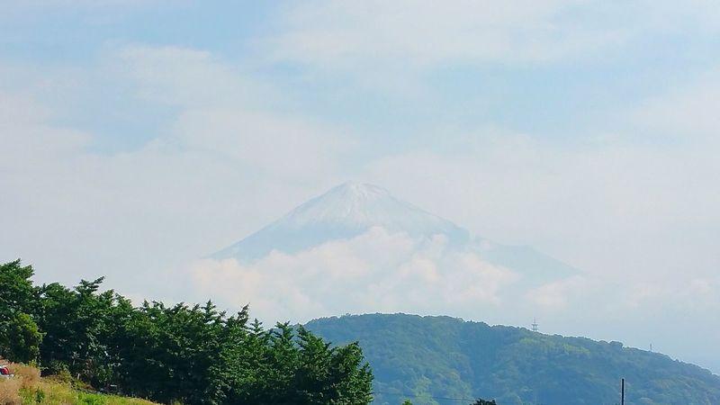 おはようございます。新しい1週間が始まりましたね。慌ただしく息子達を送り出したあと、富士山を見たら・・・?・・・・・・!!雪だ! 雨の降らない梅雨ですが、久しぶりに昨日の夕方降った雨が、富士山では雪になったのでしょうね。結構広範囲で降ったようです。 富士山 Mt.Fuji 夏の雪 季節外れ Mountain Nature Sky Hello World 富士市