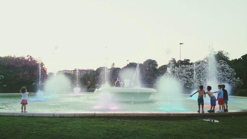 La Fuente del Parque José Antonio Labordeta moviéndose al son de la Musica