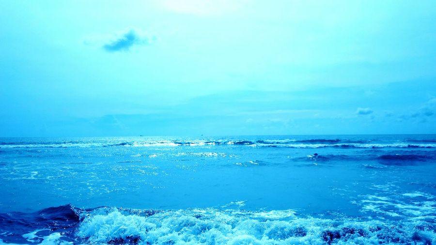 三五成群,姍姍渡過怡然午後。浪花聲是泡沫,一個個在耳朵裡飽滿消逝;太陽是人群,三點時最為炙熱,五點時淡然漸出;白雲是飄鳥,墨然巧巧的浮過;我是名過客,帶不走一絲夕晌,幾朵浪花, 隨著陣陣泡沫墨染了沙灘,乾涸,等著下一陣泡泡再次飄過。 台南馬沙溝 Tainan, Taiwan Beach Life Summer Time :) Water Beauty In Nature Leisure Time Color Of Life Afternoon Goodday
