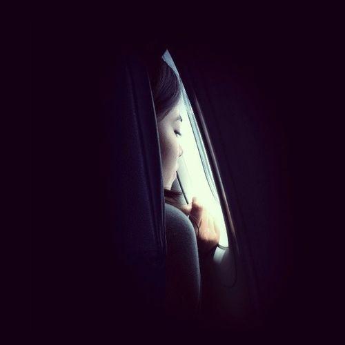 Dietro ad un vetro. Guarda il tuo mondo che é vicino al mio. Loveperpetual Volerevolare Volareeeeee Nuvole