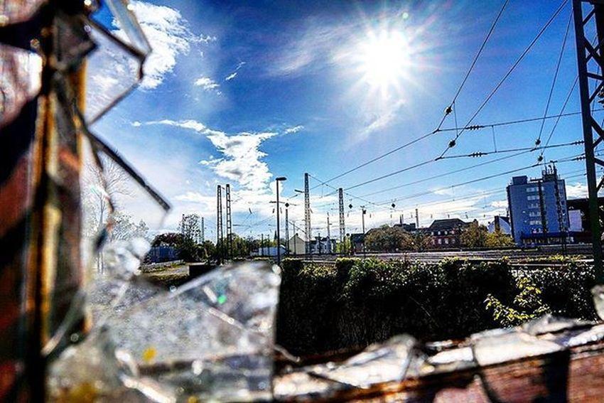 Und manchmal kommt die Sonne raus.... Sun Bluesky Brokenwindows Glas