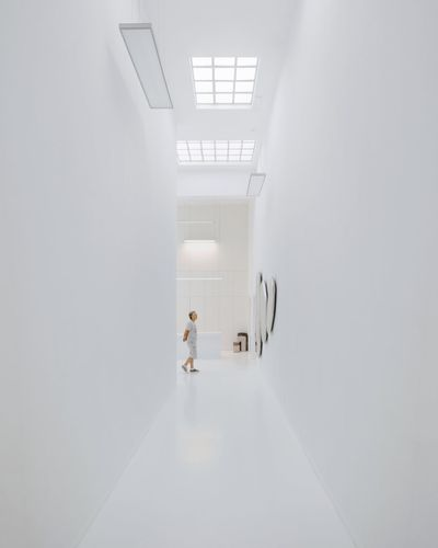 ⚪🚶⚪︱just a lily white thing Canonphotography EyeEm Best Shots First Eyeem Photo EyeEmNewHere Architecture_collection VSCO Minimalism Minimal Minimalist Architecture White Background White Architecture Museum Modern Art Symmetry Interior Design Corridor Walking Architecture vanishing point
