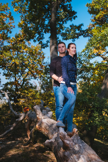 👩👨 Fujifilm Slovakia🇸🇰 Outdoors Xh1 The Week on EyeEm Tree Young Women Portrait Smiling Full Length Happiness Togetherness Men Couple - Relationship Looking At Camera Friend Autumn