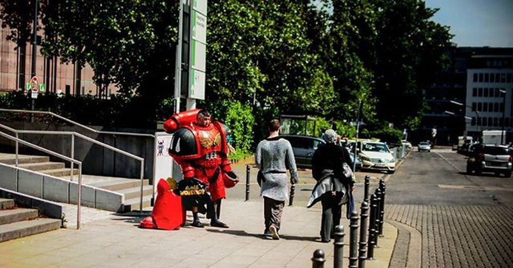 Waiting for a Taxi Rpc Rpc2016 Roleplay Roleplayconvention Roleplayconvention2016 Manga Larp Liveactionroleplay Steampunk Disguise Disguised Verkleidet Kostüm Robot Roboter Messe Messedeutz Kölnmesse Kölnmessedeutz Tradefair Köln Cologne Deutz Fantasy