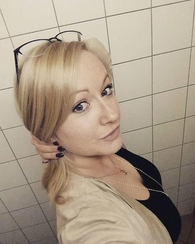 Finished work for today 📑😁🙌 Bathroomselfie Office Officelife Blondehairgreyeyes Fizzyhairdontcare Theanglecounts LOL Thisisnotreallife ✌