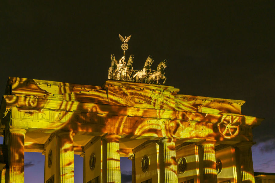 Light show 'Berlin Leuchtet 2016' at Brandenburg Gate in Berlin, Germany Berlin Berlin Leuchtet 2016 Brandenburg Gate Brandenburger Tor Culture Dusk Evening Event Germany Horizontal Light Show Night No People Photography Projection... Spectacular