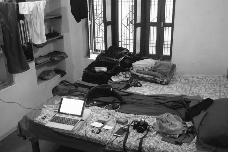 room of a backpacker in Varanasi, near the Ganges river // la chambre d'un routard à Benares Benares India Désordre Room Of A Guest-house Un Routard