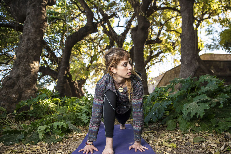 Leisure Activity One Person Real People Casual Clothing Nature Lifestyles Day Young Adult Outdoors Girl Yoga Yoga Pose Yogagirl Forest Salutation To The Sun Looking Away Outdoor Sports Exercising Exercice  Quiet Place