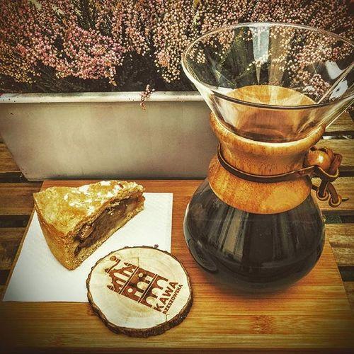 Nic tak nie poprawia humoru jak popołudniowa szarlotka wraz z czarną kawą z Kenii, przygotowaną w chemexsie o słodkim aromacie przypominającym zapach świeżo wypieczonej bezy. W smaku znajdziemy nuty jagód oraz słodkiej śmietanki. Spotkajmy się w Kawie Rzeszowskiej ul. Kościuszki 3 w podwórzu. Rzeszów Rzeszów Coffee Coffeetime Barista Aeropress Mobilnakawiarnia Kawa Instamood Instagood Instalove Instacoffee Igersrzeszow Kawarzeszowska Coffebreak Coffeetogo Coffeelove Love Photooftheday Happy Bestoftheday Instamood Herbata Kawasamasięniezrobi Kawarzeszowska kawiarnia chemex syphon kawaswiezopalona szarlotka