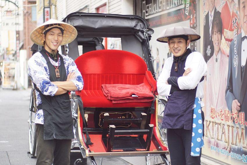 記念に一枚 人力車 一心さん Two People Smiling Standing Red Working Occupation Skill  Mechanic Young Adult Portrait Happiness Manual Worker Uniform Outdoors People 東京 浅草 雷門 人力車 Kaminarimon Asakusa Tokyo,Japan