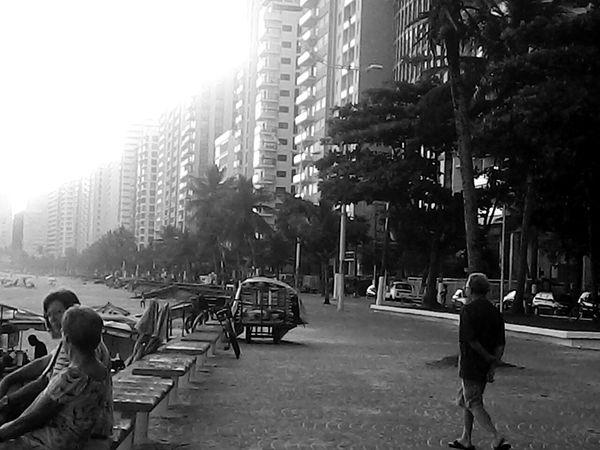Peoplephotography Enjoying Life Strollingonthebeach Relaxing Light And Shadow Blackandwhite Bnw_friday_eyeemchallenge - Praia de Pitangueiras - Guaruja / SP - Brasil