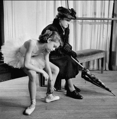 Authentic Moments esta mujer acompañando a su pequeña.. para mi es la viuda cliqout