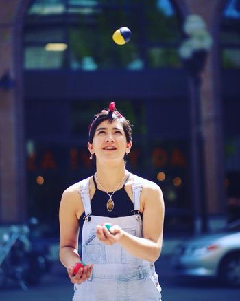 Juggling Circus Eugene Oregon Overalls Pixiecut Circus Life Lifestyles Juggler Streetphotography Street Performer Art