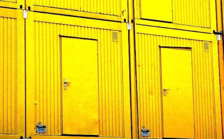 Sonnige Baucontainer in Dortmund. Yellow Closed Door Security Safety Backgrounds Day Full Frame No People Protection Outdoors Architecture Built Structure Hinge Close-up Dortmund