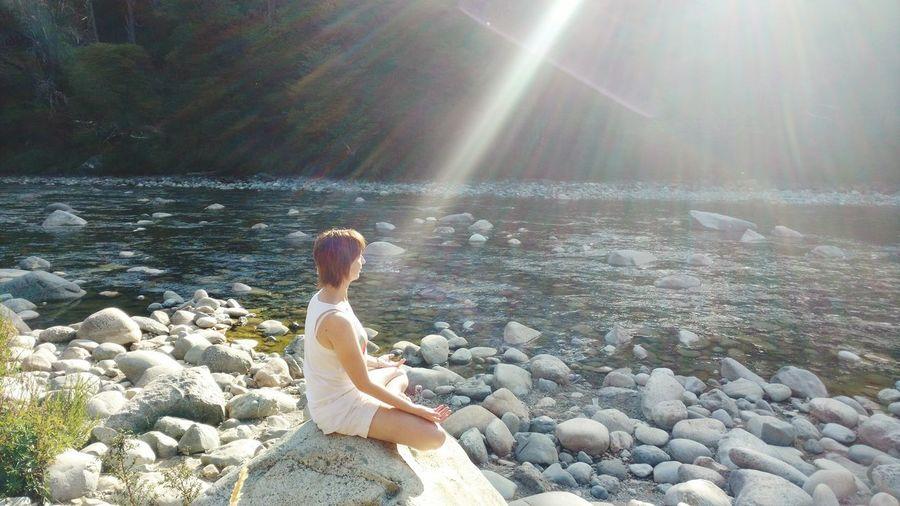 Meditando a orillas del Río Azul. El Bolson, Río Negro, Argentina. Meditar Iluminada Luz As De Luz Rayo Fine Art Photography Meditation Mediting Showcase July