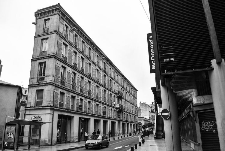 Black and white city ☔️ Hello World Taking Photos Blackandwhite City Photography Urbanphotography Taking Photos Zara Nîmes Daydreaming