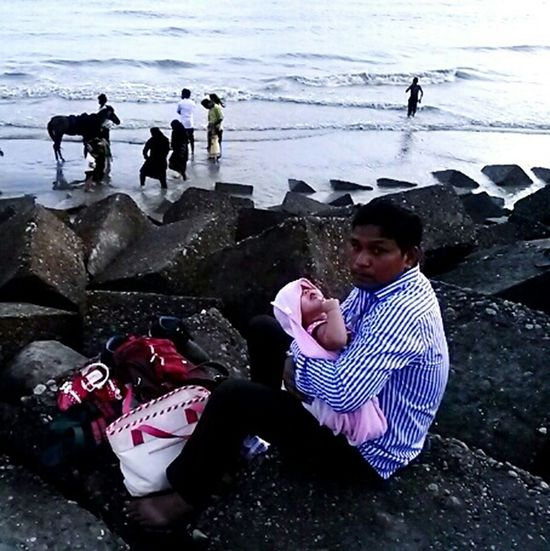 Good daddy taking care of his little baby while mommy is enjoying the beach. #Chittagong #Bangladesh Street Photography Popular Eyem Best Shots Travelling Father People Eyem Market Sea Beach Taking Photos Hello World