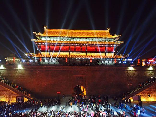 古老的城墙上在举办灯会,人们都被这夜色吸引而来,聚集在南门城墙上下欣赏景色。