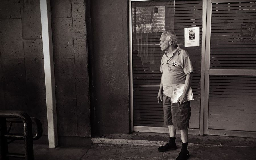 Decepción: el servicio del IMSS deja mucho que desear de nuevo. Blackandwhite One Person Standing Full Length Casual Clothing Real People Walking This Is Masculinity One Man Only Adult Only Men Adults Only People Men Day This Is Aging