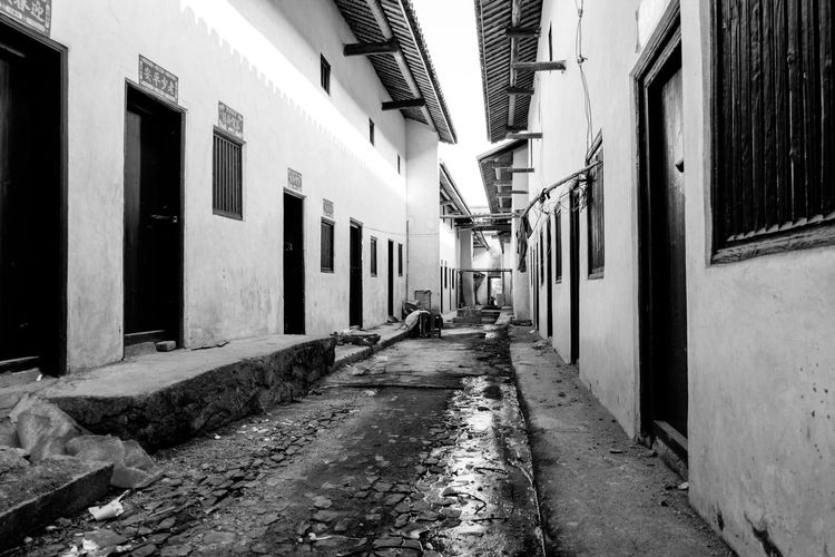 Wen Gong Ci, in Meizhou, Guangdong, China. taken while visiting my wife's hometown for the Chinese New Year. Meizhou Alley Architecture Blackandwhite Building Exterior Built Structure China Day No People Outdoors The Way Forward