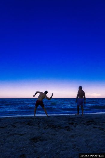 Título: Barricadas invisibles/Invisible barricades Autor: Marcus Populus Lugar: Miami, Florida, USA. Cámara: Panasonic DMC TZ60 Punto F: f/3.3 Tiempo de exposición: 1/800s Velocidad ISO: 100 Distancia focal: 4mm Beach Beauty In Nature Blue Horizon Real People Sea Sky