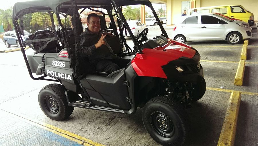 Turista posando en Vehículos Policiapanama Crazy Moments First Eyeem Photo