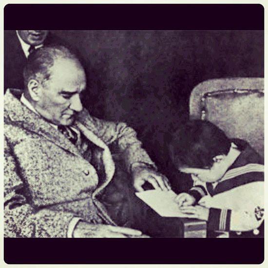 Basogretmen Ataturk'u saygiyla aniyoruz. Tum ogretmenlerimizin 24 Kasim ogretmenler gunu kutlu olsun. Atatürk Basogretmen Ogretmenlergunu
