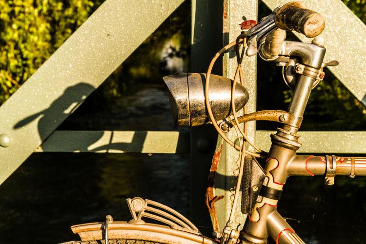 Vicky et moi (III) - pour Joe, avec i) mes meilleurs compliments et ii) l'emblème sur le tablier focalisé Près De Gry The Traveler - 2019 EyeEm Awards The Great Outdoors - 2019 EyeEm Awards Alloy Machine Part Close-up Steel Historic Bridge Vintage Beauty In Nature EyeEm Nature Lover Evening Light Riverside River Cycling Bicycle Headlight Lamp Summer Foliage Gry Et L'aventure