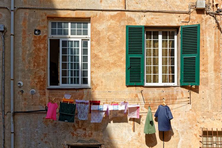 Giorno del bucato. Porto Maurizio Italia 2011 Giorno Del Bucato Porto Maurizio Liguria Italia Waschtag Porto Maurizio Ligurien Italien Wash-day Porto Maurizio Italy Architecture Drying Window