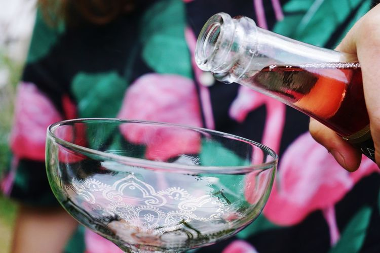 Serving rosé wine
