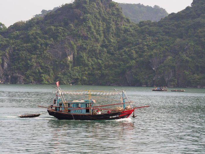 Dans la baie d'Ha Long Nautical Vessel Transportation Sea Nature EyeEm Nature Lover Mountain Beauty In Nature Karstic Rock Fomations Fishing Boat Mode Of Transportation